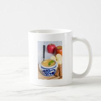 Apfelmus mit Zimt in der Steingutschüssel Kaffeetasse