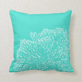 Aquamarines Kissen mit weißem korallenrotem Muster
