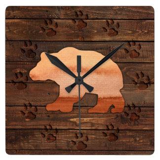 Aquarell-Bär, geschnitzte Tatzen, rustikale Quadratische Wanduhr