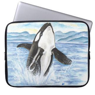 Aquarell, das Schwertwal-Wal durchbricht Laptopschutzhülle