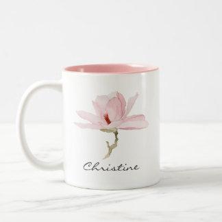 Aquarell-Magnolien-Blüte mit Ihrem Namen Zweifarbige Tasse