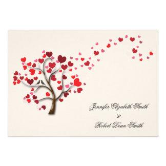Arbre rouge de coeur sur le mariage en ivoire cartons d'invitation