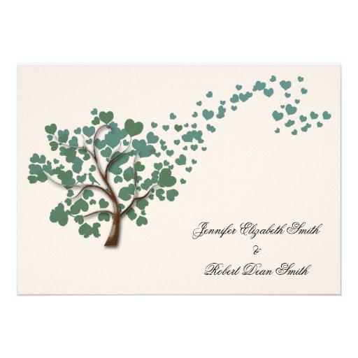 Arbre vert de coeur sur le mariage en ivoire carton d'invitation