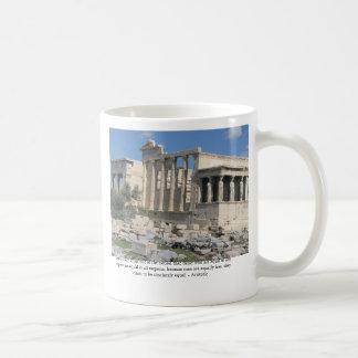 Aristoteles-Zitat über Demokratie mit Akropolise Kaffeetasse