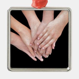 Arme der Mädchen mit überreicht sich Quadratisches Silberfarbenes Ornament