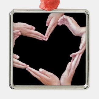 Arme und Hände der Mädchen, die Herz machen, Quadratisches Silberfarbenes Ornament
