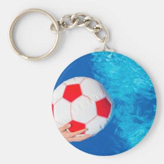 Armholding-Wasserball über Swimmingpoolwasser Schlüsselanhänger