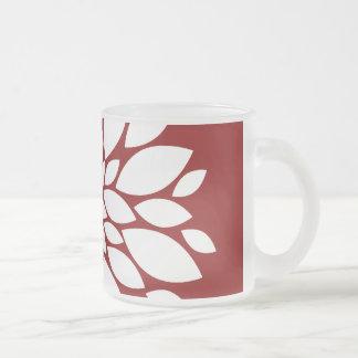 Art de pétale de fleur assez blanche sur le rouge mug en verre givré