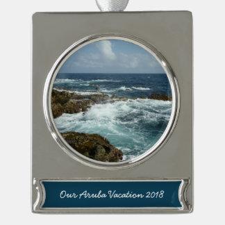 Arubas felsige Küste und blauer Ozean Banner-Ornament Silber