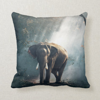 Asiatischer Elefant in einer Sunlit Waldreinigung Kissen