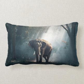Asiatischer Elefant in einer Sunlit Waldreinigung Lendenkissen