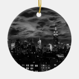 Ätherische Wolken: NYC Skyline, Reich-Staat Gbd BW Rundes Keramik Ornament