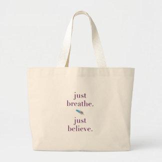 Atmen Sie einfach Yoga-Feder-Zitat-Tasche Jumbo Stoffbeutel