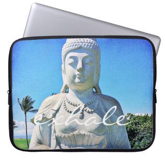 """""""Atmen Sie"""" weißes Buddha Foto Zitat-friedliches Laptopschutzhülle"""
