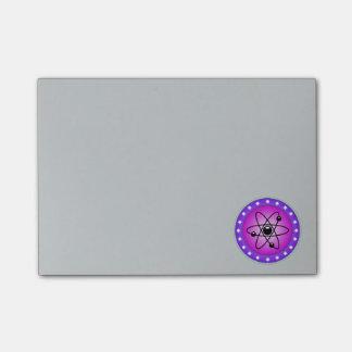 Atom-Symbol auf einem rosa Hintergrund Post-it Klebezettel