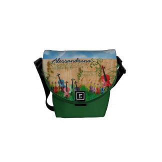 Aufgereihte Instrumente im Yard mit individuellem Kurier Tasche