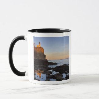 Aufgeteilter Felsen-Leuchtturm am Sonnenuntergang Tasse