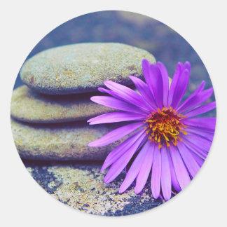 Aufkleber/lila Gänseblümchen und Steine Runder Aufkleber