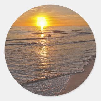 Aufkleber: Sonnenuntergang durch den Strand Runder Aufkleber