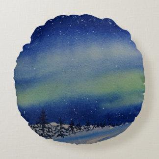 Aurora Borealis an der Nacht und am Schnee Rundes Kissen