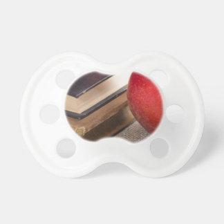 Ausführliche Nahaufnahmeansicht der roten Äpfel Schnuller