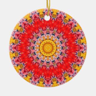 Ausführliche rote und gelbe Valentinstag-Mandala Rundes Keramik Ornament