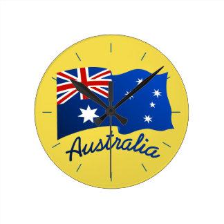 Australische Flagge im Wind Runde Wanduhr