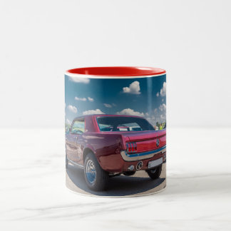 Auto trägt Mustang-rotes Kaffeetasse