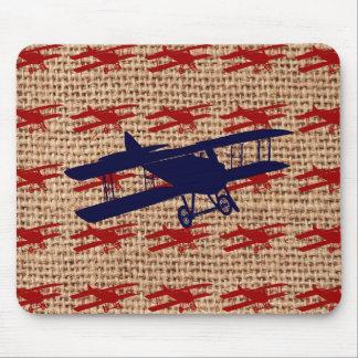 Avion vintage de propulseur de biplan sur la copie tapis de souris