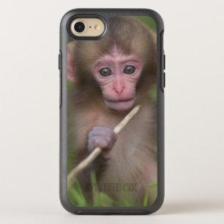 Baby-Affe spielt mit einem Zweig OtterBox Symmetry iPhone 8/7 Hülle