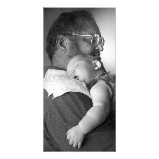 Baby, das auf der Schulter des Großvaters schläft Fotokarte