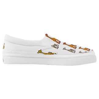 Baby-Giraffen in einem Reihen-Leinwand-Beleg auf Slip-On Sneaker