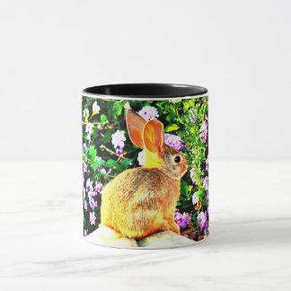 Baby-Häschen in der lila Ton-Kaffee-Tasse der Tasse
