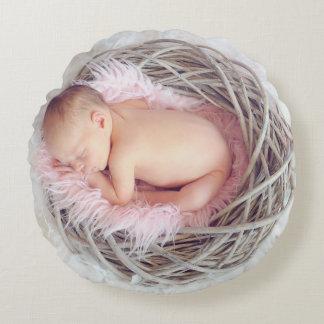 Baby im Nest Rundes Kissen