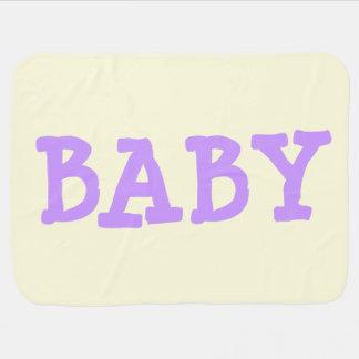 BABY in Lila auf hellgelber Baby-Decke