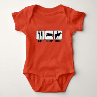 Baby-Reiter essen Schlaf-Fahrt ein Baby Strampler