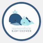 Baby shower de baleine de maman et de bébé {bleu} autocollants ronds