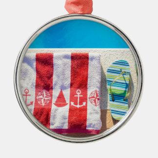 Baden der Pantoffel und des Badtuches am Silbernes Ornament