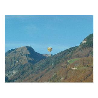 Ballon au-dessus des montagnes carte postale
