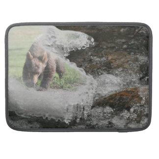 Bär im eisigen Fluss Sleeve Für MacBooks