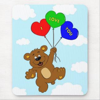 Bär mit Ballonen in den Liebe-Cartoonkindern Mousepad