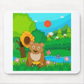 Bär und Bienen im Wald Mousepad