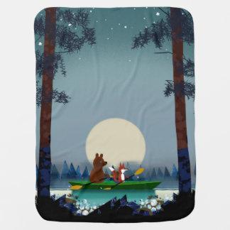 Bär und Fox, die auf einem wilden Waldfluß Babydecke