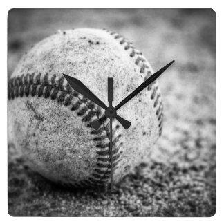 Baseball in Schwarzweiss Quadratische Wanduhr