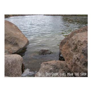 Bass-Progeschäft, See nahe dem Geschäft Postkarte