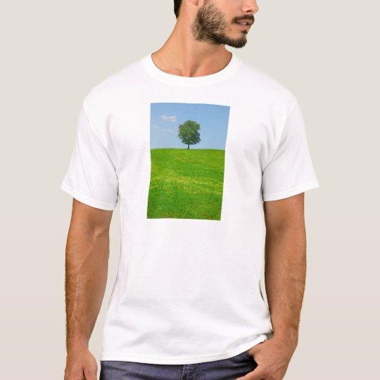 Baum auf einem Gebiet T-Shirt