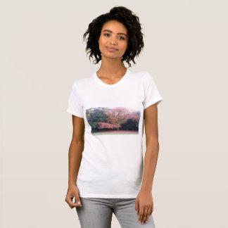 Baum mit Rosa verlässt schmeichelhaftes T-Shirt. T-Shirt