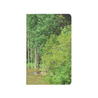 Bäume entlang dem Fluss Taschennotizbuch