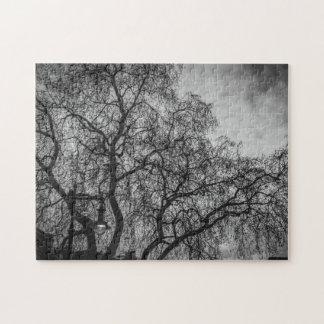 Bäume im Schwarzweiss-Fotopuzzlespiel