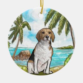 Beagle auf Ferien-tropischem Strand Rundes Keramik Ornament